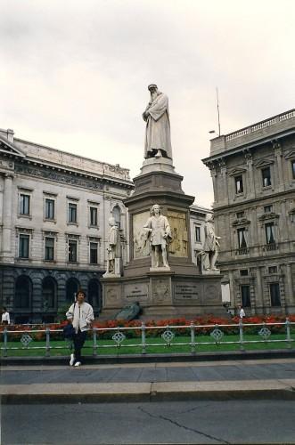 experiencias-de-viagens-milao-piazza-della-scala-duomo-monumento-homenagem-a-leonardo-da-vinci