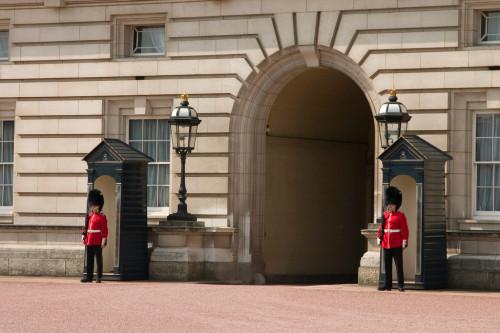 experiencias-de-viagens-londres-buckingham-palace-guardas reais
