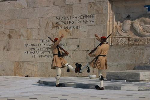 experiencias-de-viagens-atenas-grecia-troca-da-guarda-diante-da-tumba-do-Soldado-Desconhecido-frente-ao-Parlamento